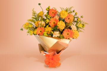 Ramo floral natural con clavel, gerbera y eucalipto