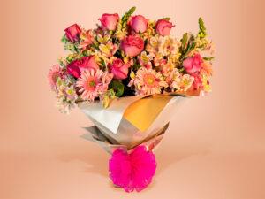 Ramo floral natural con gerbera, rosa y follaje