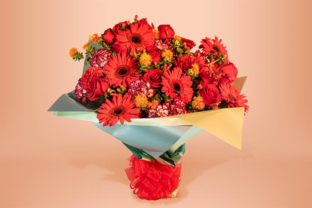 Ramo floral natural con rosa, gerbera y clavel