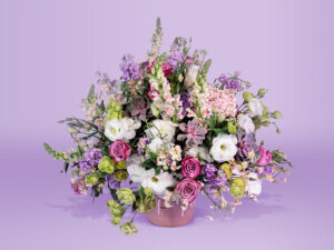 Arreglo floral con base con rosa de invernadero suculentas