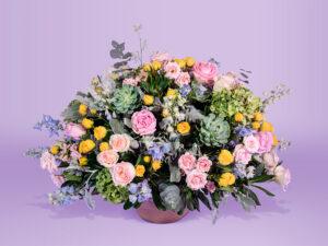 Arreglo floral natural con base de ceramica con hortensia y suculenta