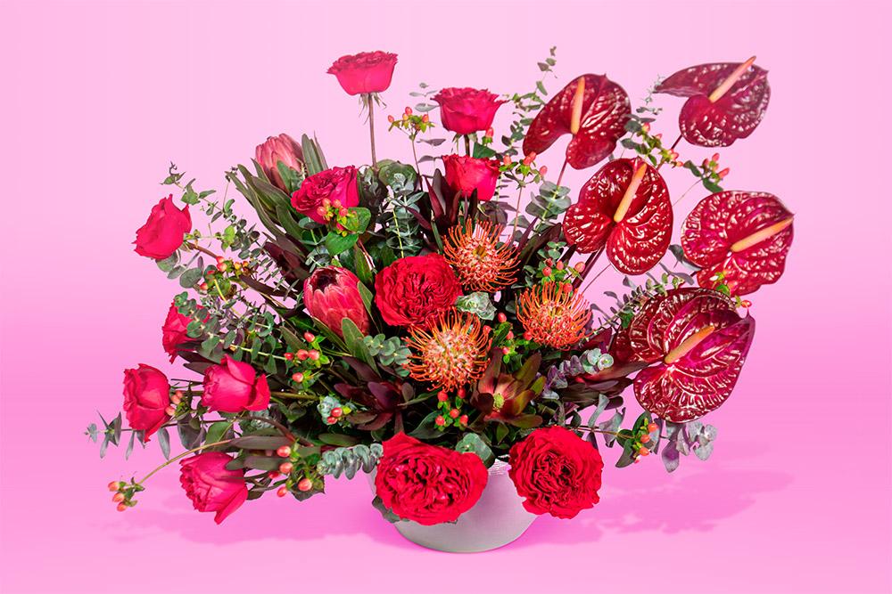 Arreglo floral natural con base gris con rosa flor anthurium grande color vino