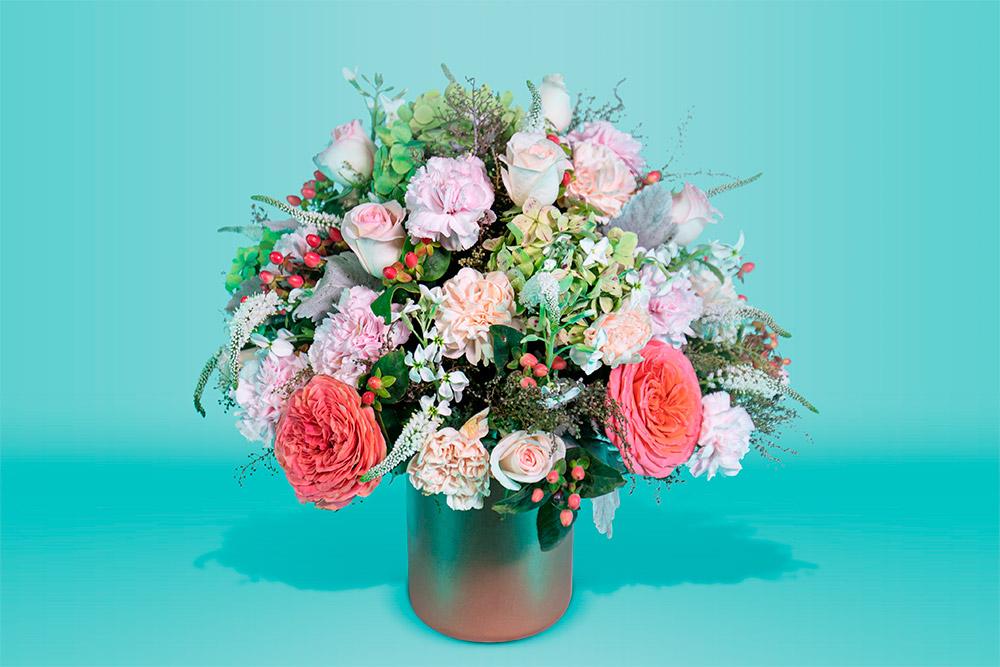 Arreglo floral natural con base de rosas y hortensias