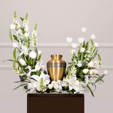 Arreglo floral con rosas blancas y tulipanes