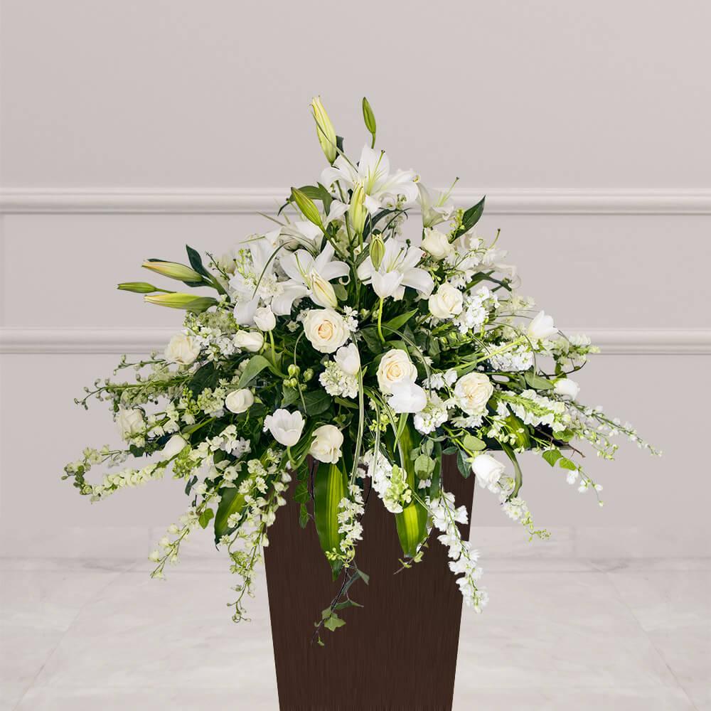 Arreglo fúnebre con tulipán, rosa, casablanca y follajes