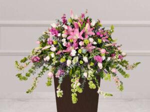 Arreglo natural para funeraria con clavel y rosa