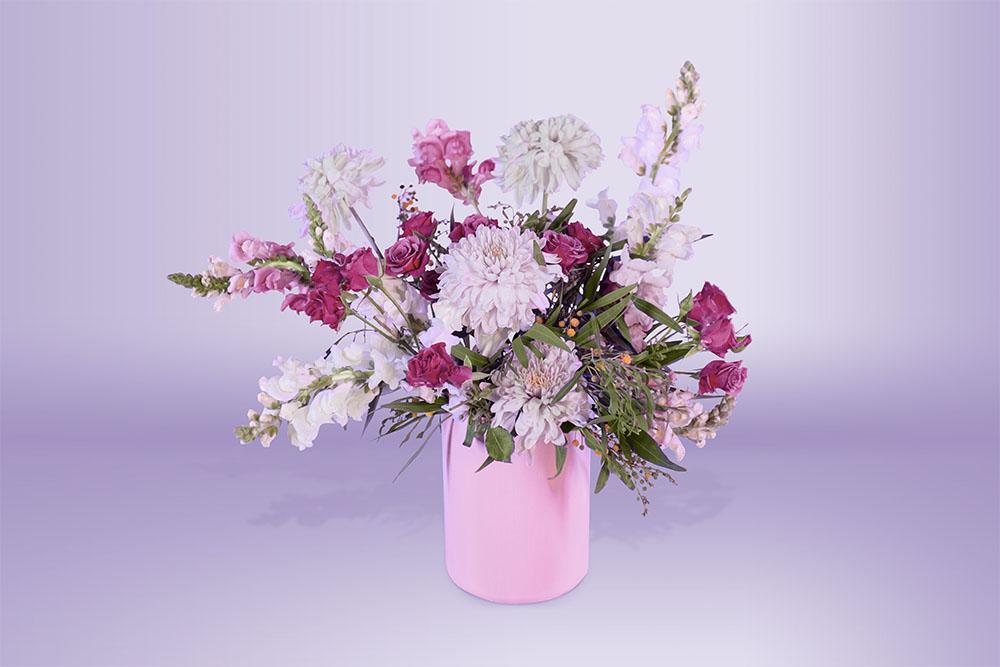 Arreglo floral natural con base decorada con eucalipto