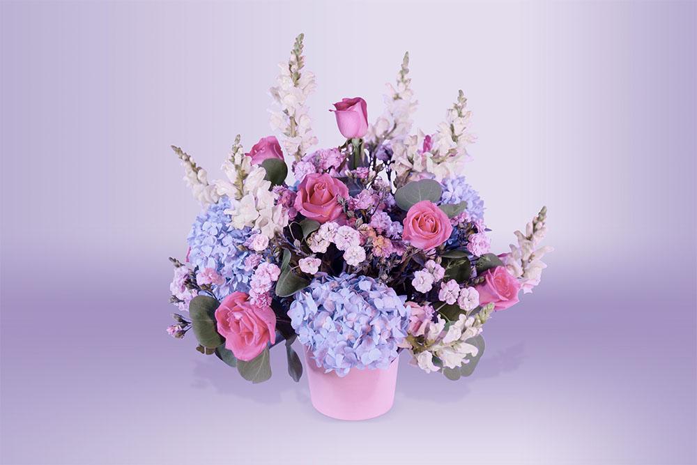 Arreglo floral natural con base follaje hortensia y rosas
