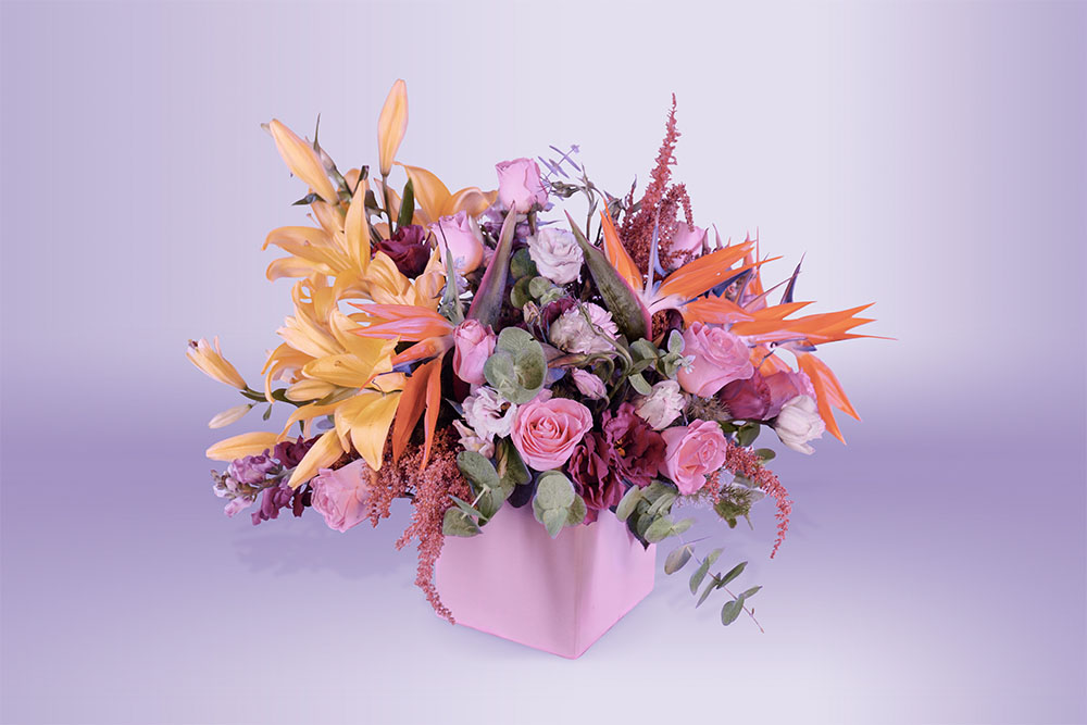 Arreglo floral natural con base con lili rosa eucalipto ave del paraíso