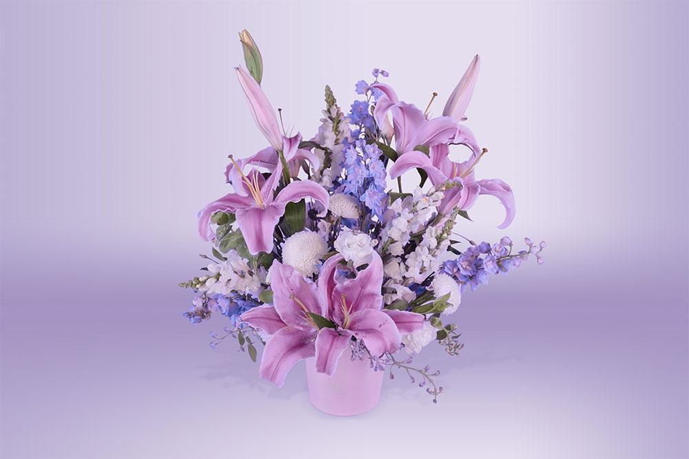 Arreglo floral natural con base morada con dalia