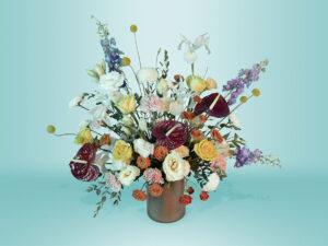 Arreglo floral natural con rosas amarillas y claveles palo de rosa