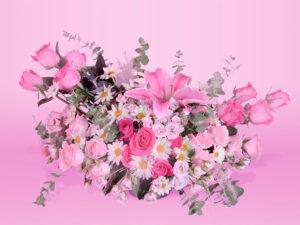 Arreglo floral natural con rosas y eucalipto