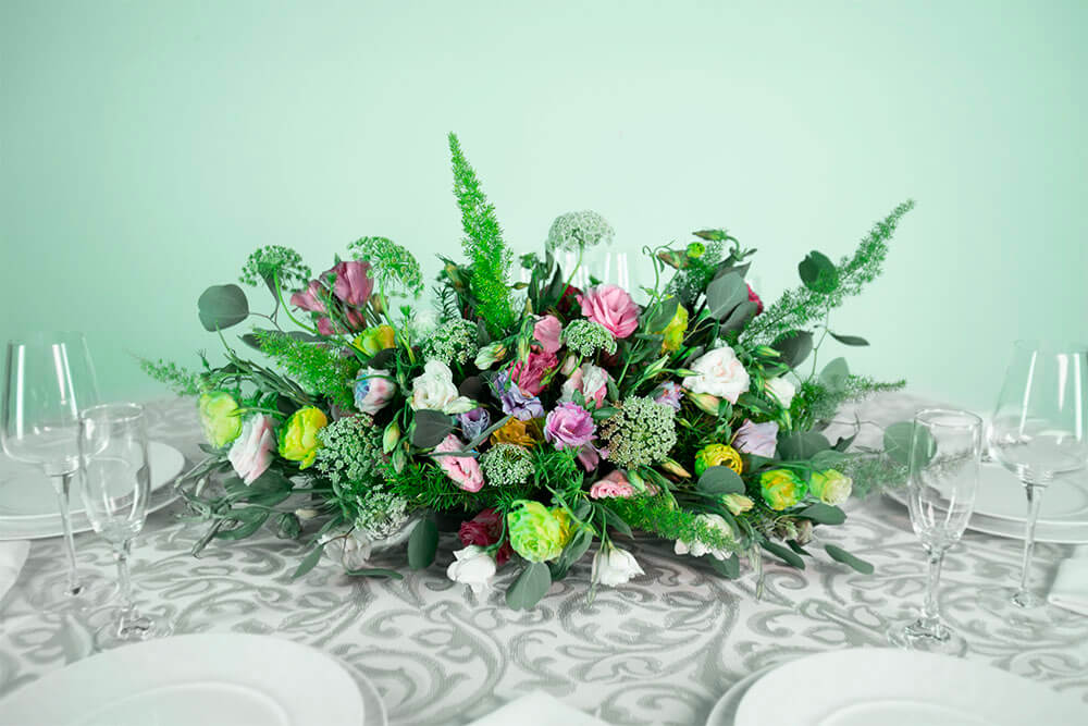 Arreglo floral natural con flor de encaje y follaje exótico