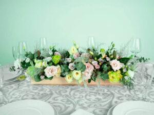 Centro de mesa con flores naturales eucalipto y follaje