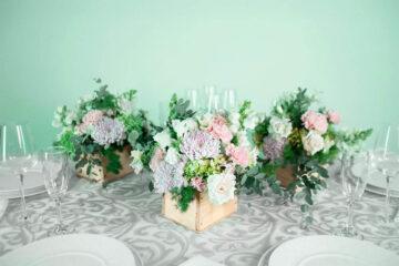 Centro de mesa con flores naturales hortensia y clavel