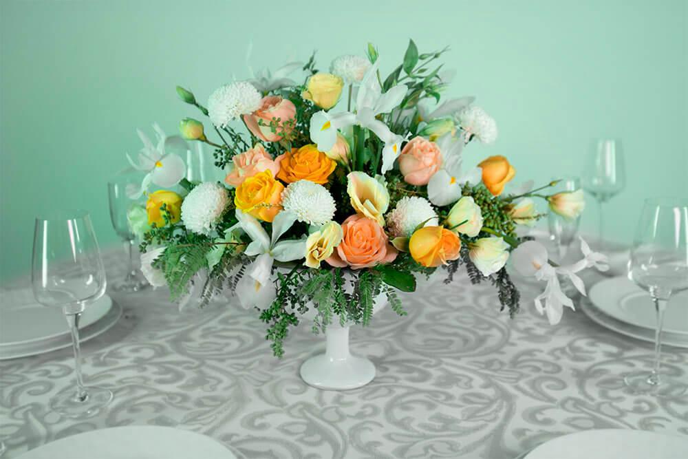 Centro de mesa con flores naturales lirio, rosa y dalia