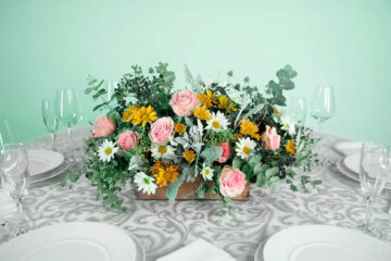 Centro de mesa con flores naturales rosa y eucalipto