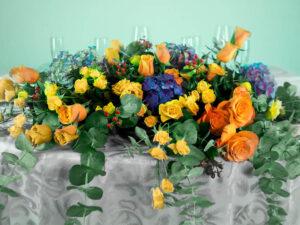 Centro de mesa con flores naturales hortensia y rosas