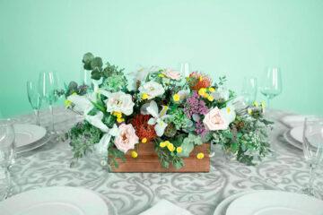 Centro de mesa con flores rosa, lirio y eucalipto
