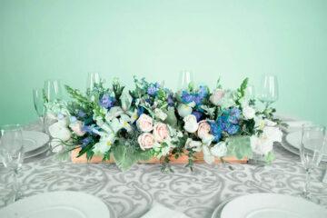 Centro de mesa con flores snapdragon, lirio y rosa