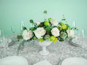 Centro de mesa con rosas blancas